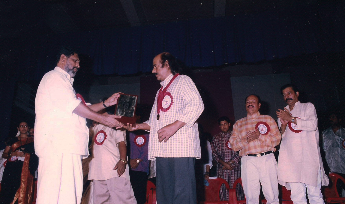 Bharat-Gopy-receiving-the-Chalachitra-Ratna-from-the-Film-Critics-Association-2