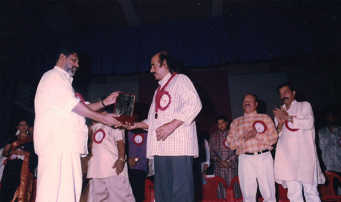 Bharat-Gopy-receiving-the-Chalachitra-Ratna-from-the-Film-Critics-Association-2