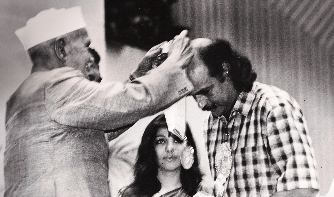 Bharat-Gopy-receiving-the-National-Award-for-Best-Book-on-Cinema-1995-1