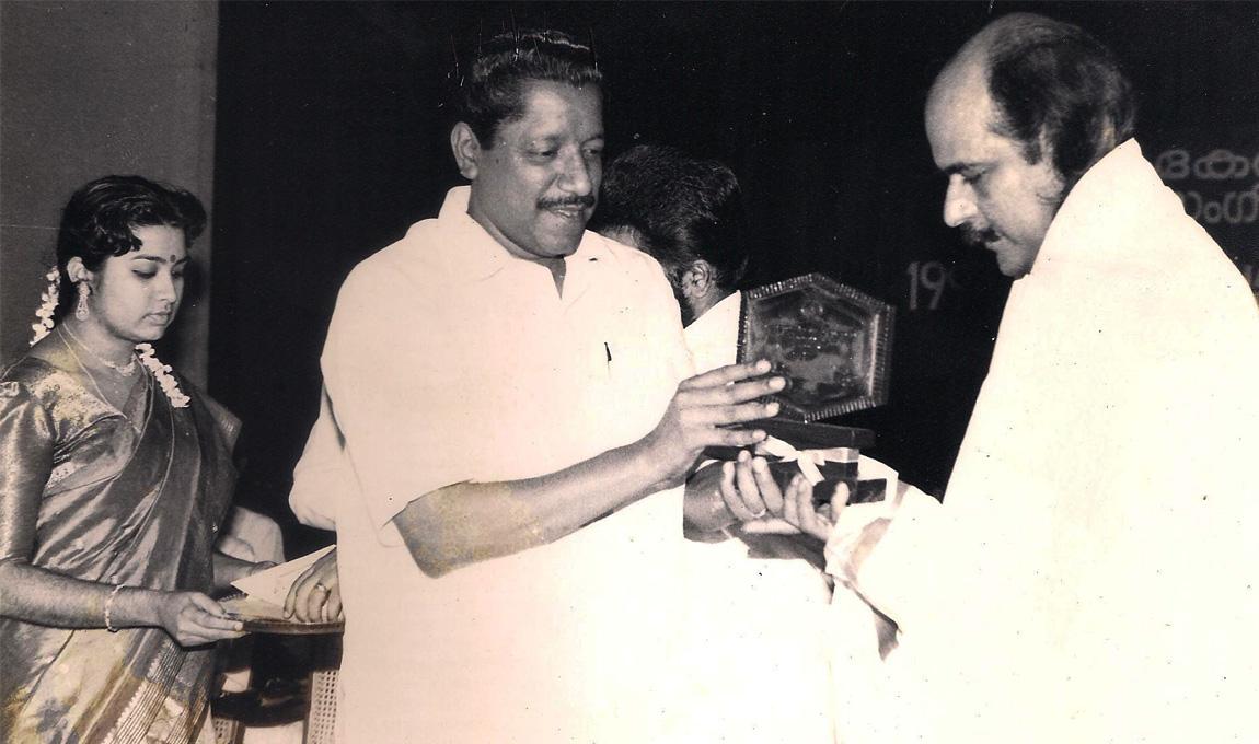 Receiving-the-Jerala-Sangeetha-Nataka-Academy-Fellowship-1993